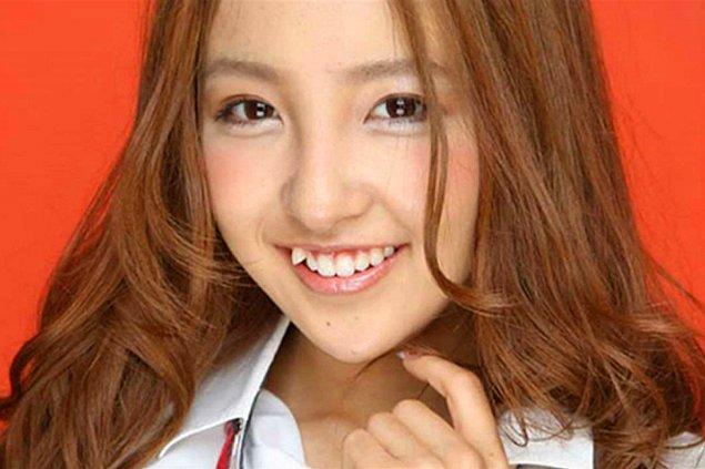Yaeba trendinde Japon kadınları eğer doğuştan böyle dişlere sahip değillerse dişçiye gidip çarpık bir diş ekletiyorlar.
