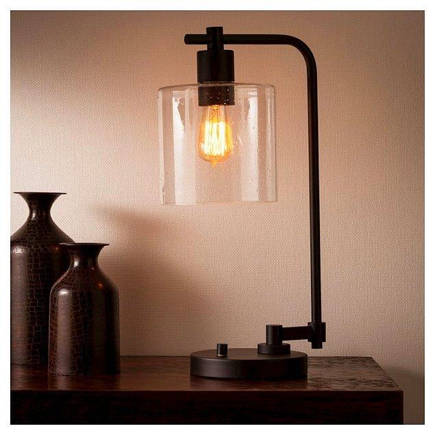 3. Siyah demirlerle tutturulmuş objeler odayı çok farklı gösteriyor. Düz bir lambayı böyle kullanarak çok farklı gösterebilirsin:)