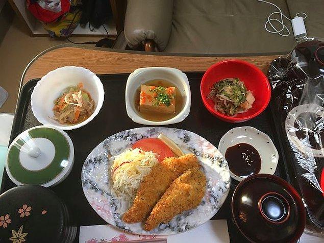 Lahana salatası ve tavuk kroket, acı kavunlu sebze sote, agedashi tofu, havuç salatası, pilav, miso çorba