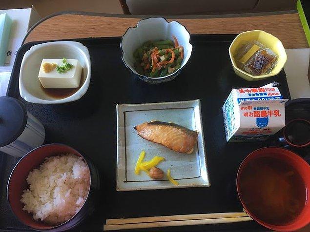 Somon, tofu, ıspanak salatası, natto (fermente soya fasulyesi), miso çorbası, pilav, süt