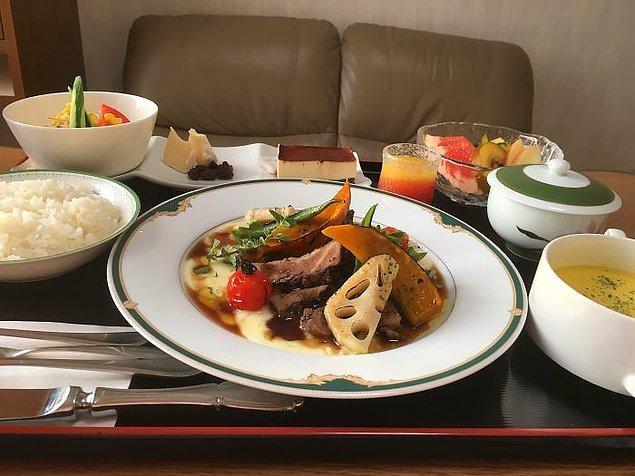 Kamembert krem peyniri ve kuru üzüm, rozbif, patates püresi, balkabağı, gravy soslu lotus kökü, mısır çorbası, pilav, salata, tiramisu, meyve, portakal suyu, yeşil çay