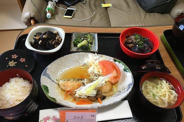 Mantar soslu somon, soba usülü erişte, pilav, patlıcanlı dana eti, brokoli, hijiki salatası
