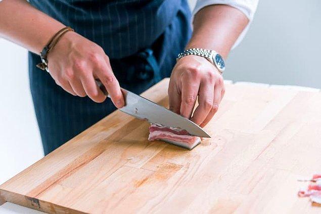 5. Donmuş etleri 15 dakika dışarıda beklettikten sonra kolaylıkla kesebilirsin.