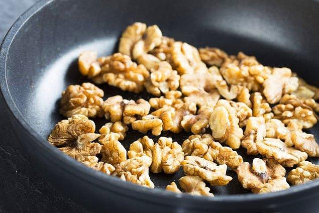 15. Yemeğine daha fazla lezzet katmak istiyorsan fındık, ceviz ve çekirdekleri kavurup içine katabilirsin.