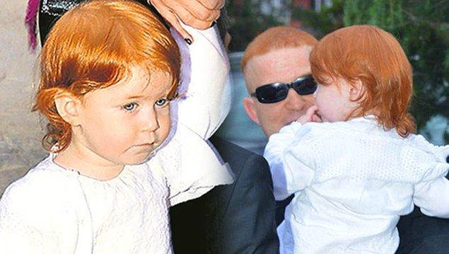 Fakat bu şirin ailenin nüfusu bu kadarla da kalmadı!  Bu mavi gözlü, kızıl saçlı ve porselen tenli güzel çocuğa iki kardeş daha katıldı!