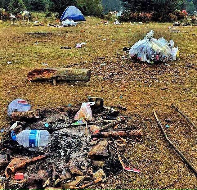 Bırakılan çöpler, yağmur ve rüzgarın etkisiyle çevreye de yayıldı. Temizlik çalışmaları ise ancak salı günü yapılmaya başlandı.