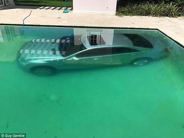 Genç kadın arabanın anahtarını kaptığı gibi, iş adamının pahalı arabasını havuzun dibine yolladı. Arabanın havuzdan çıkarılması dört saatten uzun sürdü.