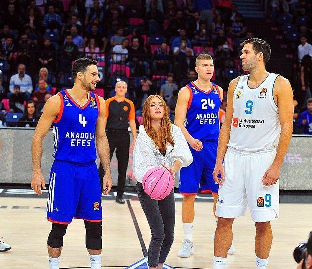 12. Elçin Sangu, Anadolu Efes ve Real Madrid basketbol maçında, meme kanserine dikkat çekmek amacıyla pembe bir top ile hava atışı yaptı.