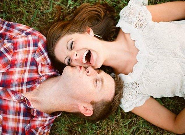 10. O yaptığında kötü espri diye bir şey yoktur. Yüzüne bakmanız, gülmeniz için yeterli bir sebeptir.
