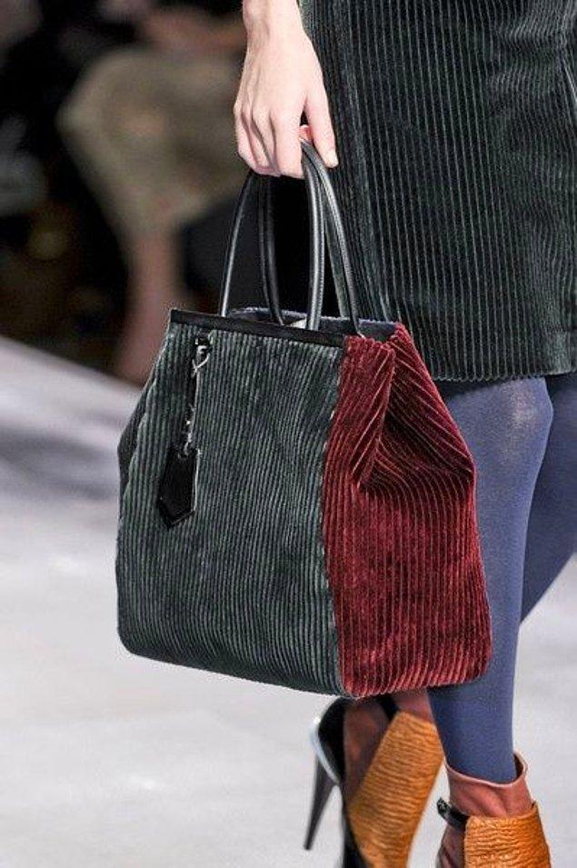 Bu trend giyim parçalarıyla beraber aksesuarlara da ulaştı; kumaşın kendine has stilini yansıtan bir çanta da hiç fena olmaz! 😉