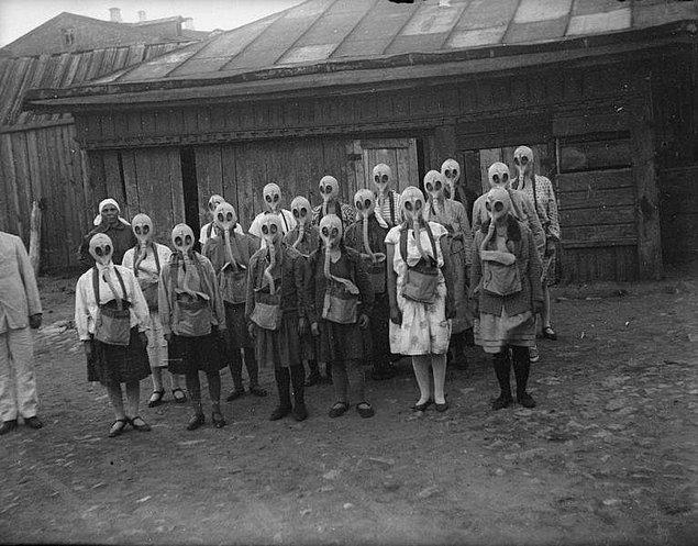 12. 1930'lu yıllarda Rusya'da yangın tatbikatı yapan kızlar... O maskeler nedir öyle!