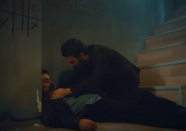 Konuşturdukları adam kaçmaya çalışıp da merdivenlerden yuvarlanınca kafatası çatlıyor. Ölmeden belgelerin olduğu bankayı söylüyor Allah'tan.