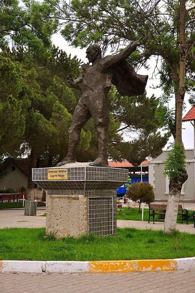 1. Uşak Tren Garı önündeki bu heykel ne Atatürk'e ne de pelerinli herhangi bir süper kahramana benziyor.