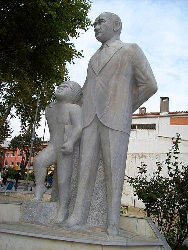 11. Atatürk'e benzemeyen adam ve yanında ensesine buz atılmış gibi duran garip çocuk...