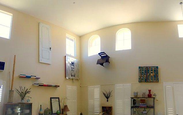 """2. """"2 senedir eşimin garajda bulunan, atmama izin vermediği her şeyi antreye 'sanat' olarak astım. Başka hiçbir işe yaramıyorlardı."""""""