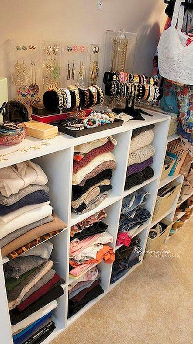 11. Kitaplık ya da şifonyeri giysi dolabı olarak deneyin.