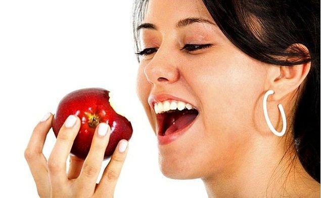 12. Eğer burnunuzu elma, patates veya soğanla kaplarsanız, bunları yediğinizde aldığınız aynı tadı alırsınız.