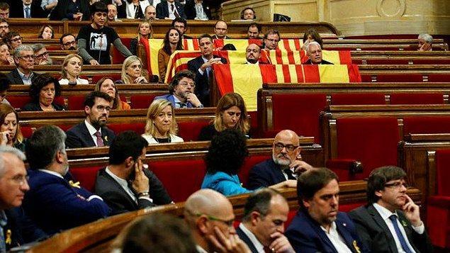 Halk Partisi'nden milletvekilleri salonu terk ederken genel kurul koltuklarına İspanya ve Katalonya bayrakları bıraktı.