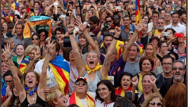 Oylama sonrası parlamento binasının önü sevinç gösterilerine sahne oldu.