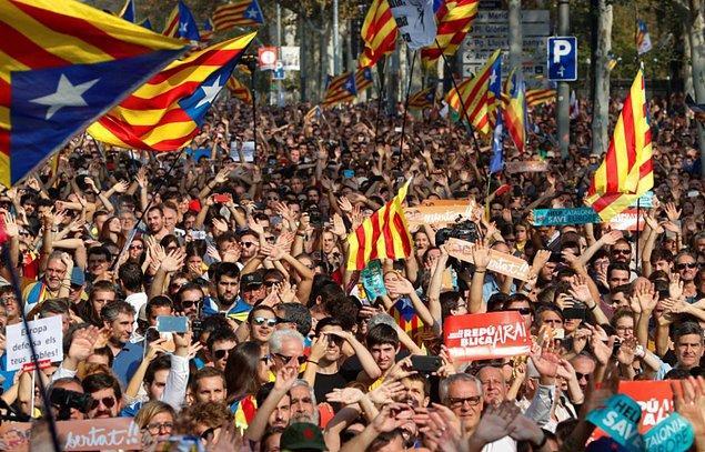 Çok sayıda Katalan, parlamento binası önünde toplandı.