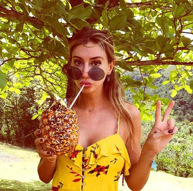 Ha tabii ananasın, kokonatın içinden içtiği kokteyller var bi de, unutmuşuz. İnsanın sinirlerini bozacak kadar kaliteli yaşıyor.