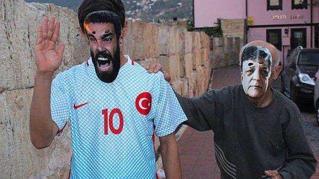 13. Yılmaz Vural maskesi takarak Arda Turan maskesi takan kişiyi kovalamak... Aşırı adamlık içeren bir görsel.