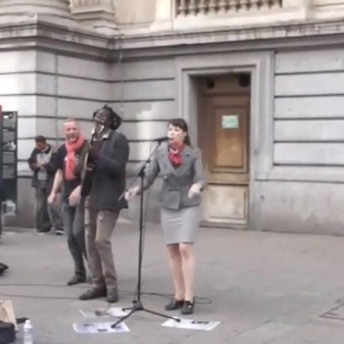 'Bob Marley şarkısı söyleyen sokak sanatçısına bir kadın ile ilgili görsel sonucu