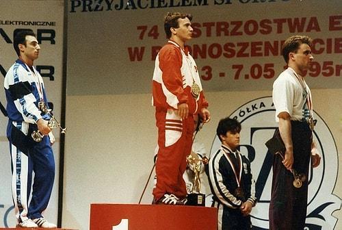 1988 yılında Time dergisine kapak olan efsane halterci 60 kg'de koparmada 200 kg kaldırarak dünya rekoru kırdı.