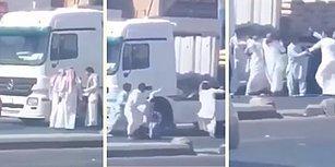 Yürek Yağlarını Eriten Görüntü: Kamyon Şoförüne Kefiye Bağıyla Saldırdıktan Sonra Dayak Yiyen Suudi Şeyh