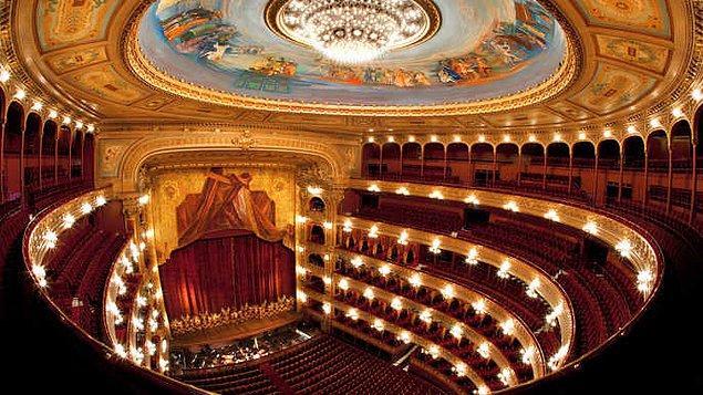 8. Pek çok otorite tarafından dünyanın en iyi opera binalarından biri olarak kabul edilen Teatro Colón'da opera izlemenin zevkini yaşayabilirsiniz.