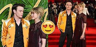 'Stranger Things' Setinde Aşk Var! Charlie Heaton ve Natalia Dyer Kırmızı Halıda Çift Olarak Poz Verdiler!