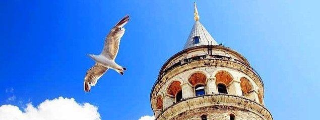 Sonra bir gün Hezarfen Ahmet Çelebi çıkıvermiş Galata Kulesi'ne, Üsküdar'a uçmak için.