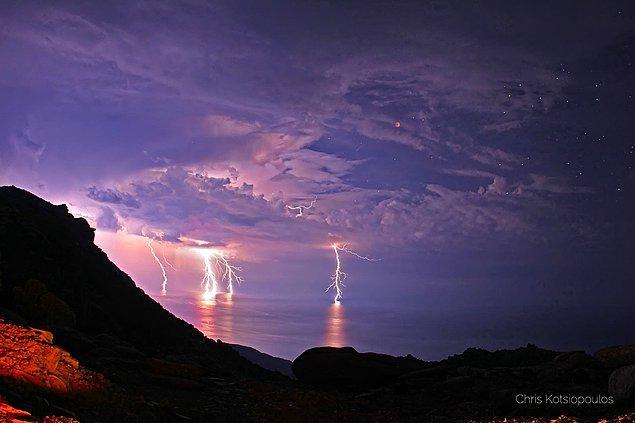 8. Keçiler Gezegeni olarak bilinen Yunan adası İkaria'da bir fırtına manzarası.