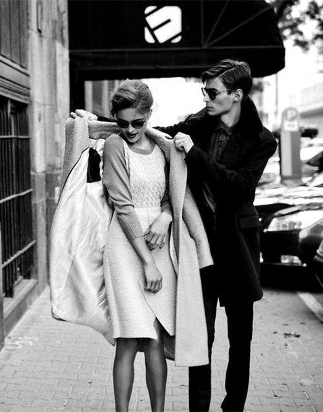 9. Erkekler her zaman kız arkadaşlarını el üstünde tutmalıdır.