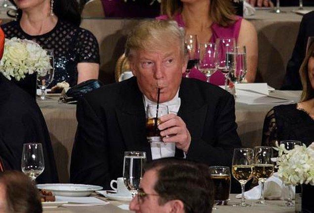 14. Eski yardımcılarının iddialarına göre Trump'ın en tuhaf huyları arasında kampanyası için kullandığı 100 milyon dolarlık uçağında ses sistemini patlatacak kadar Elton John dinlemesiydi.
