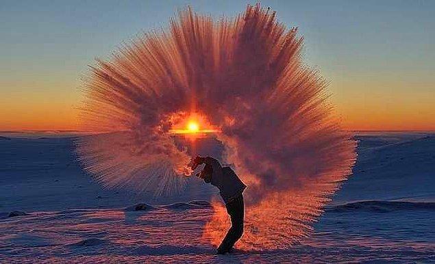 3. Eksi derecede havaya fırlatılan kaynar suyun oluşturduğu görüntü.