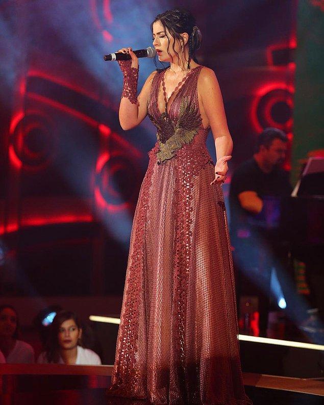 14. Deniz Çakır'ın elbisesine bayıldık!! Elbisenin dökümü, rengi ve o kol detayı gerçekten harika durmuyor mu?