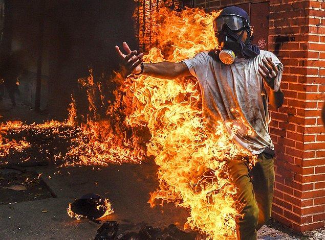 5. Venezuela'da cumhurbaşkanı Nicolas Maduro karşıtı gösterilerde bir protestocu, 3 Mayıs, Caracas.