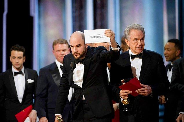 """17. Bu yılın En İyi Film Oscar'ı yanlışlıkla """"La La Land"""" olarak açıklanmış, yapımcı Jordan Horowitz """"Moonlight""""ın asıl galip olduğunu sinirlenerek böyle ispatlamıştı, 24 Şubat."""