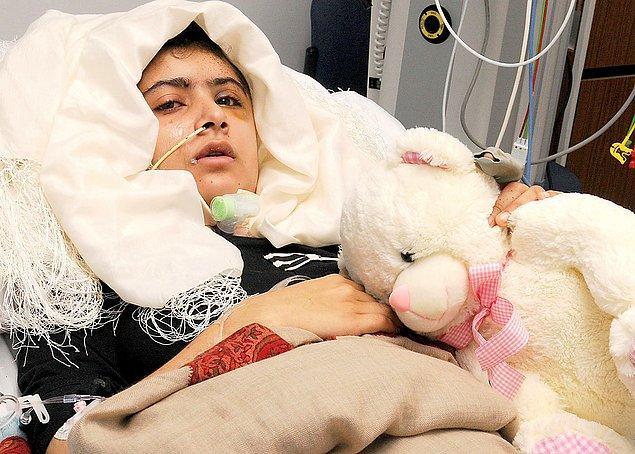 Ağır yaralanan Malala, mucize eseri hayatta kaldı ve tedavisi için bir süreliğine İngiltere'ye gönderildi.