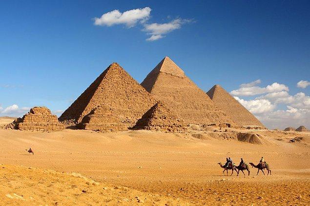 4. NASA, Mısır piramitlerinin sırrını sonunda çözdü. Piramitlerin derinliklerinde dünya dışı bir dilde, yakıt karşılığı bina anlaşması belgeleri bulundu.
