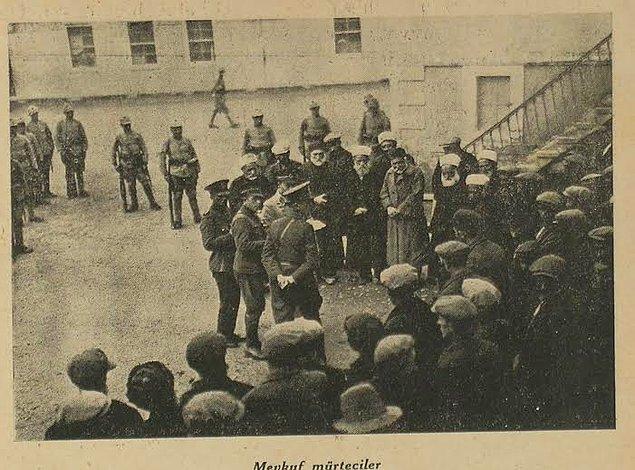 1930 yılının son günlerine doğru Derviş Mehmed adlı şahıs, etrafına topladığı takipçileriyle birlikte Menemen'e gelerek mehdilik iddiasıyla halkı kışkırttı.