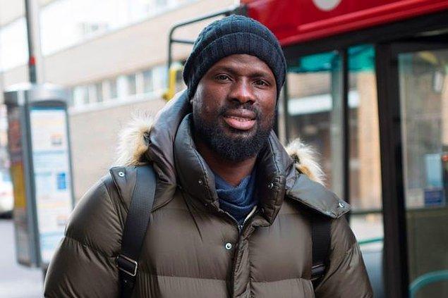 """Sadece otobüsle seyahat edebildiğini ve çamaşır makinesi almaya bile parası olmadığı için kıyafetlerini elleriyle yıkadığını açıklayan Eboue; """"Tanrı'dan bana yardım etmesini diliyorum. Sadece o aklımdaki bu düşüncelerden beni alıkoyabilir."""" şeklinde konuştu."""