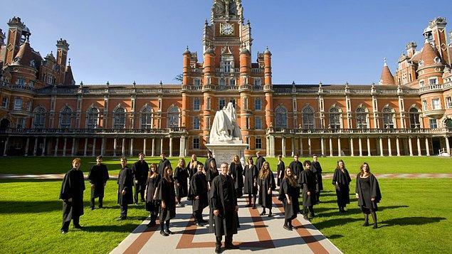 Dünyanın en prestijli okullarına sahip olan İngiltere'de öğrenciler eğitim aldıkları süre boyunca part-time çalışma hakkına sahip.