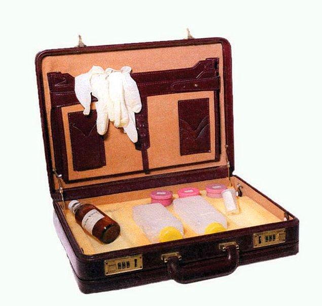 Kravat iğnesine yerleştirilmiş gizli kamera gibi MİT'in kullandığı aletler de kitapta yer alıyor.