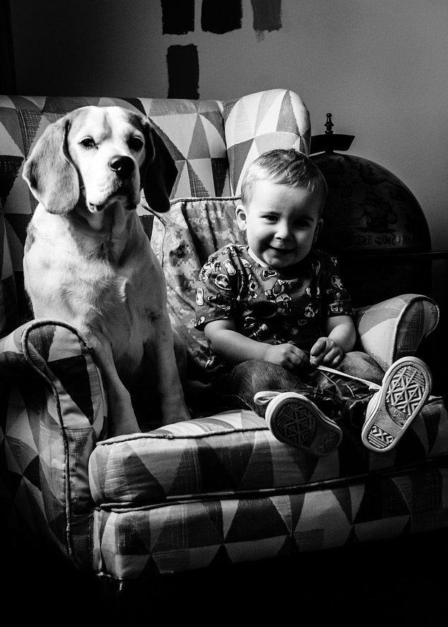 3 senedir oğlunu ve ailenin beagle cinsi olan patili üyesini birlikte fotoğraflıyor, hem de aynı koltukta. 🤗