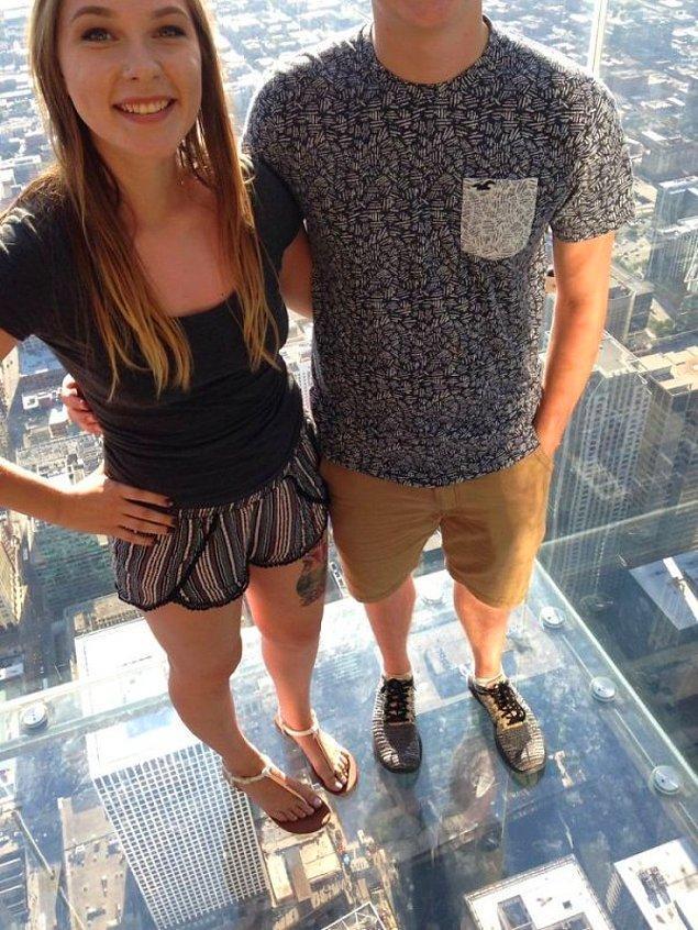 """17. """"Şikago'daki Willis Kulesi'nde bir yabancıdan fotoğrafımızı çekmesini istedik. Teşekkürler...sanırım."""""""
