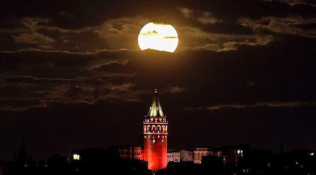 Süper Ay durumunda Ay, normalden 30 kat daha parlak görünüyor.
