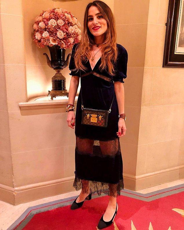 Sarah, bu dantel detaylı siyah elbisesiyle muhteşem görünmüyor mu?