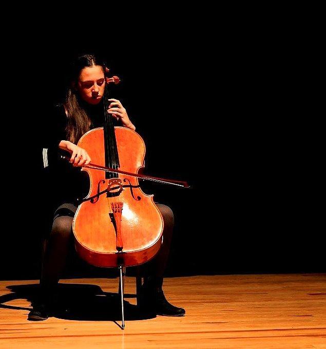 Arya Nur Güneş henüz 13 yaşında. İzmirli genç yetenek, 18 ülkeden yaşları 10 ila 23 arasında değişen 590 müzisyen arasından jüri özel mansiyon ödülüne layık görülmeyi başardı.
